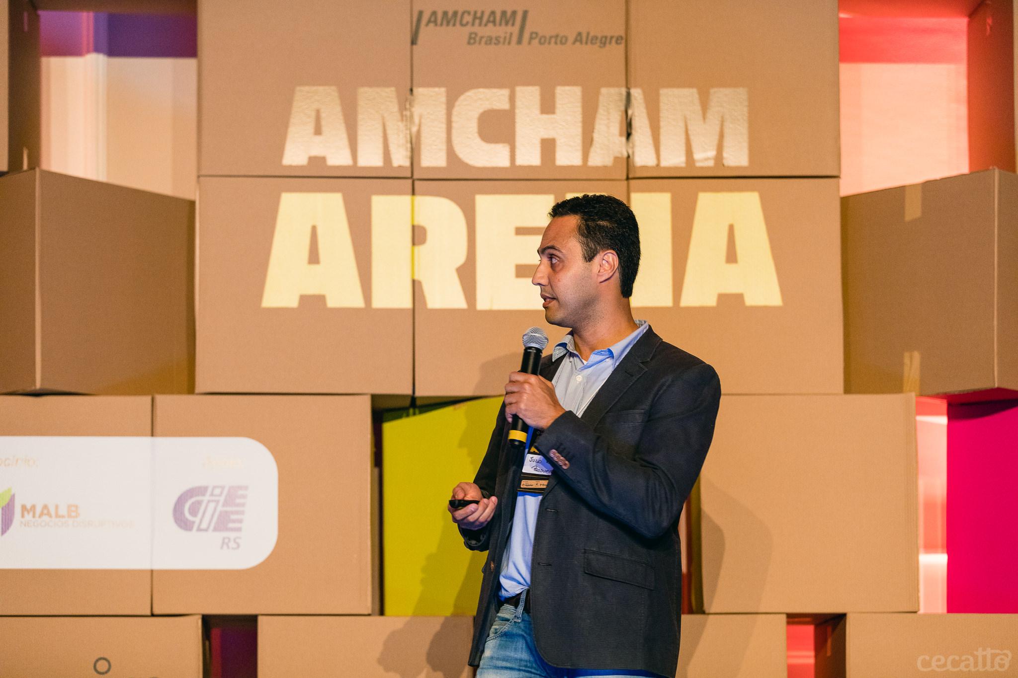 Julio Cesar da Silva Freitas Vieira, sócio da Prosumir fala aos jurados do Amcham Arena | Foto: Giuliano Cecatto